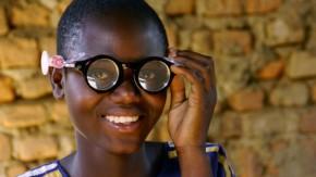 menino com os óculos autoajustáveis