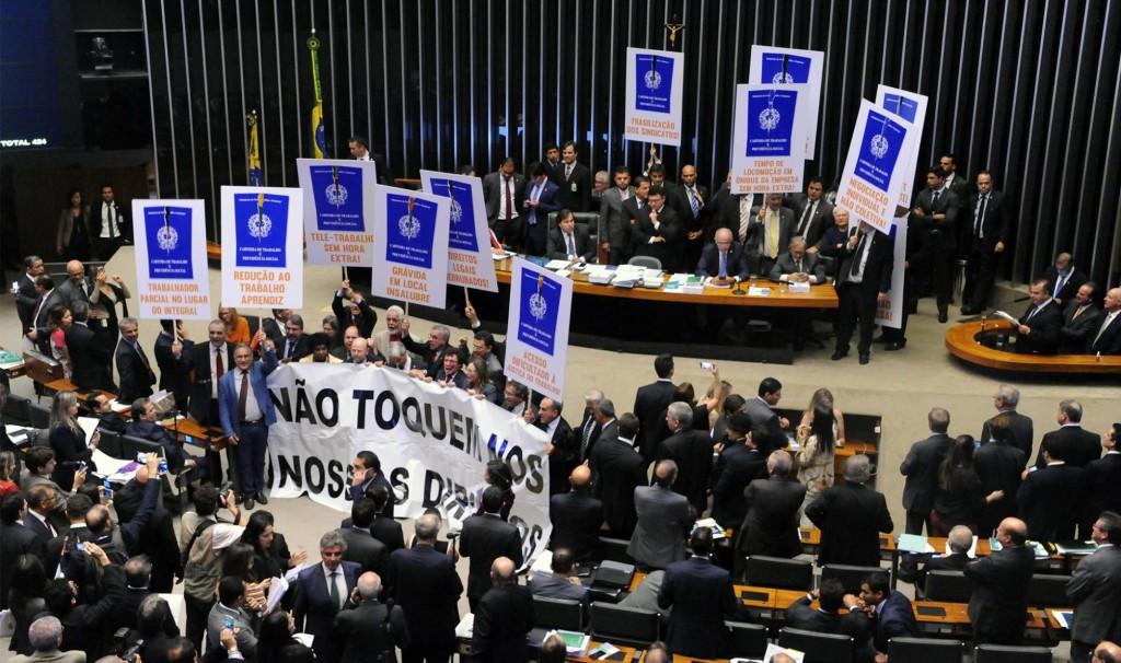 Manifestações dentro da Câmara dos Deputados no dia da votação da reforma.