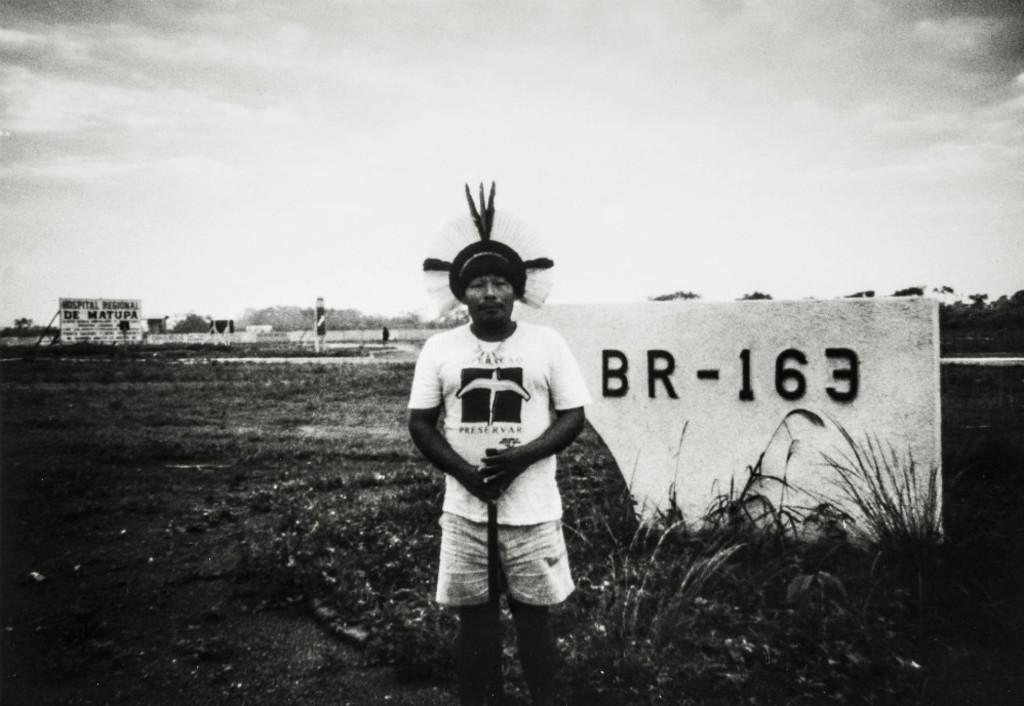 Akã na primeira visita à terra nativa: construção de rodovia cortaria o estado de Mato Grosso e a terra dos Panará, em 1991. Foto: Steve Schwartzman